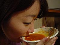罰ゲームで辛いスープを全部のみ干すクララ