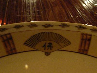 Buddha barの皿には佛のマーク