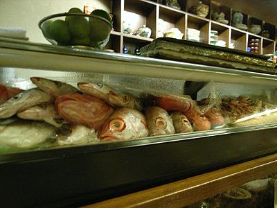 福わうち ショーケースには新鮮な魚たちが並ぶ
