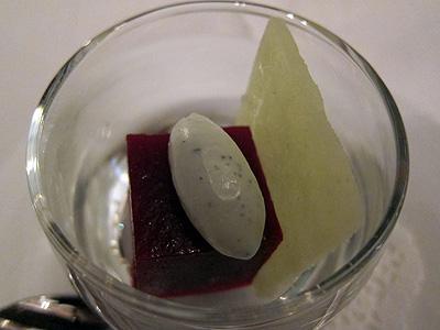 ベネッセハウス テラスレストラン (Benesse House Terrace Restaurant) ビーツのキューブとブルーチーズのクリーム